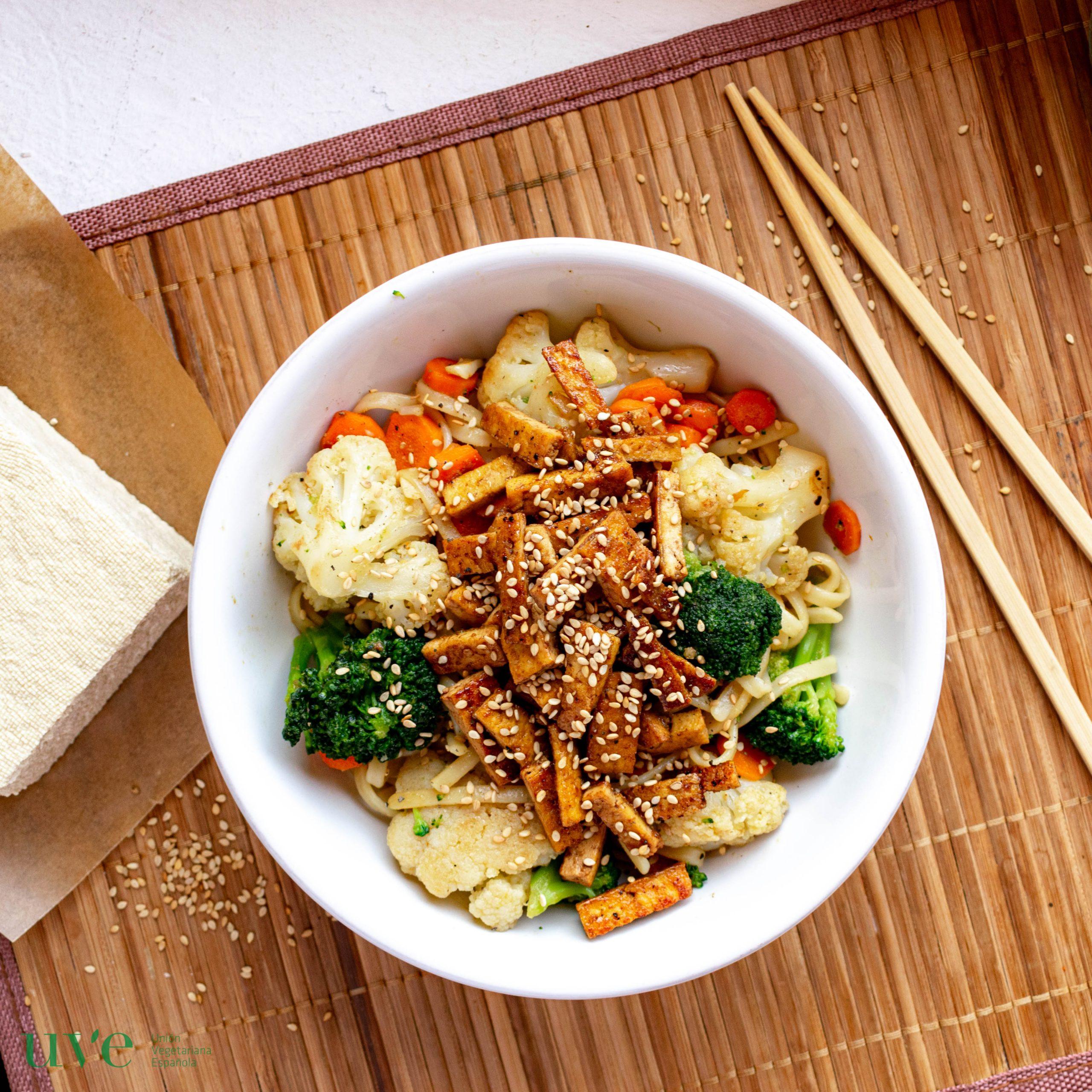 Pasta asiática con tofu